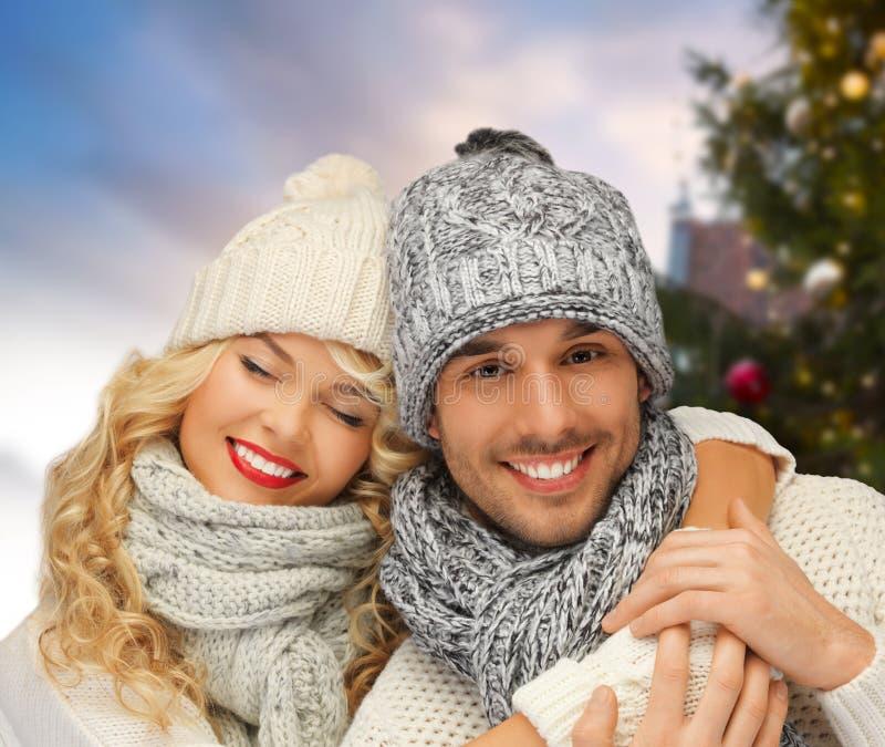 Szczęśliwa para ściska nad choinką zdjęcia stock