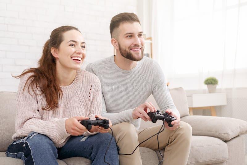 Szczęśliwa para bawić się gra wideo wpólnie i ma zabawę obraz royalty free