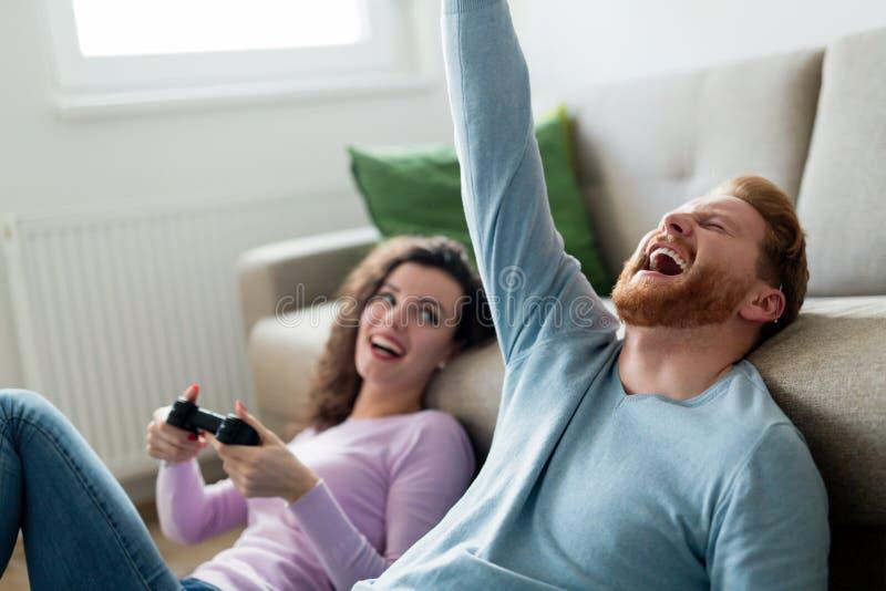 Szczęśliwa para bawić się wideo gry w domu obraz royalty free
