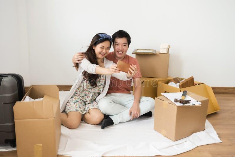 Szczęśliwa para bierze selfie w nowym domu zdjęcie stock