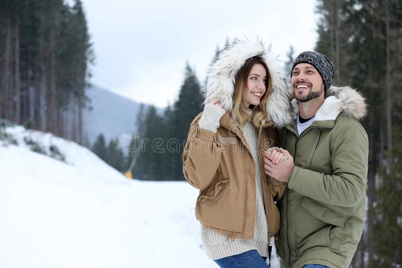Szczęśliwa para blisko conifer lasu na śnieżnym dniu plażowy tło egzot zrobił tropikalnej urlopowej biały zima oceanu piaska bałw zdjęcie stock