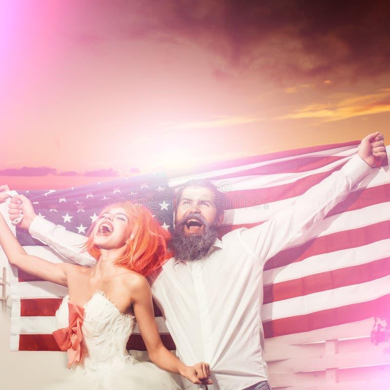 Szczęśliwa para chwyta flaga amerykańska Patriotyczny wakacyjny świętowanie obrazy royalty free