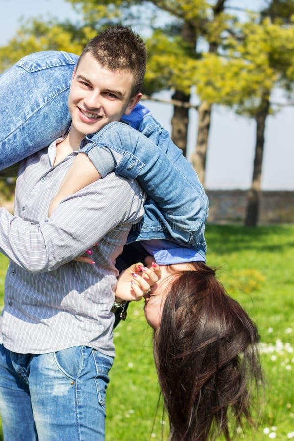 Szczęśliwa para cieszy się wiosnę zdjęcie stock