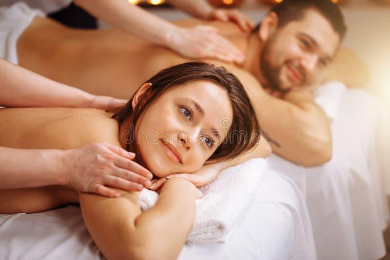 Szczęśliwa para dostaje masaż przy zdrojem zdjęcia royalty free