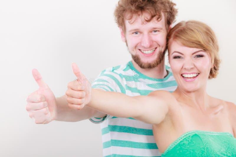 Szczęśliwa para excited uśmiechniętego mienie kciuka up gest, zdjęcie royalty free