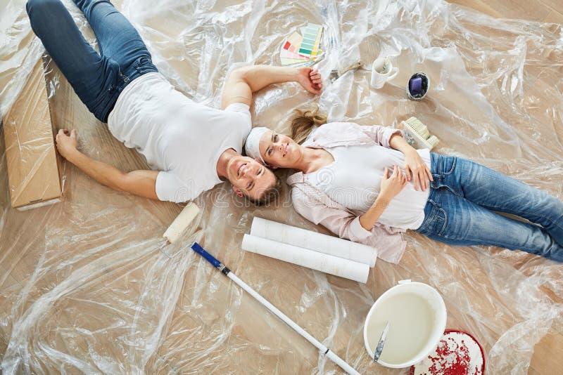 Szczęśliwa para jako domowy ulepszenie bierze przerwę zdjęcia royalty free