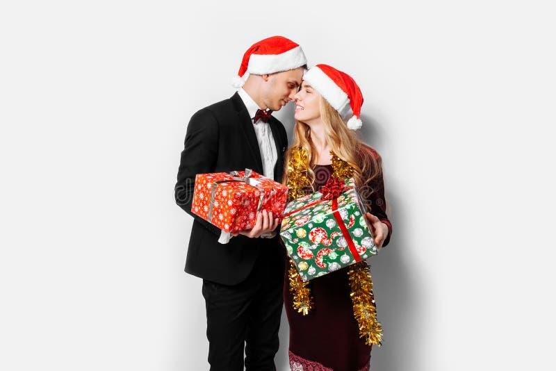 Szczęśliwa para kochankowie, w Święty Mikołaj kapeluszach, świętuje Ne obraz royalty free