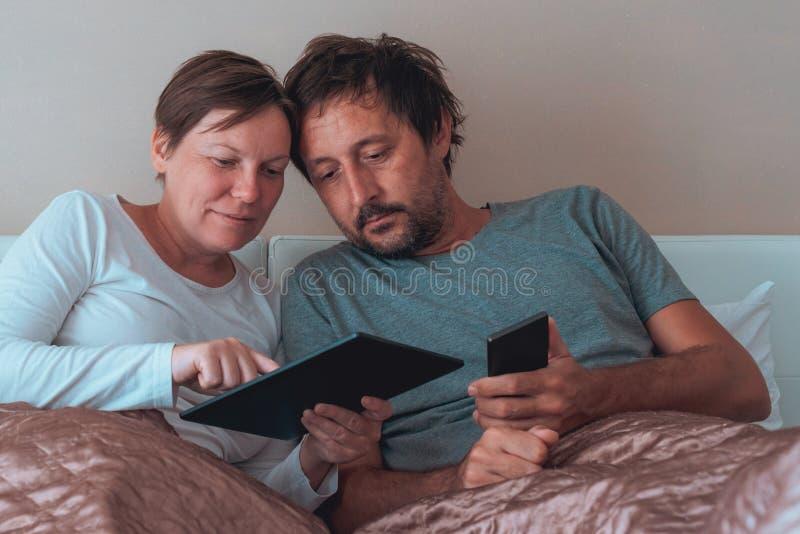 Szczęśliwa para, mąż i żona w sypialni, obrazy stock