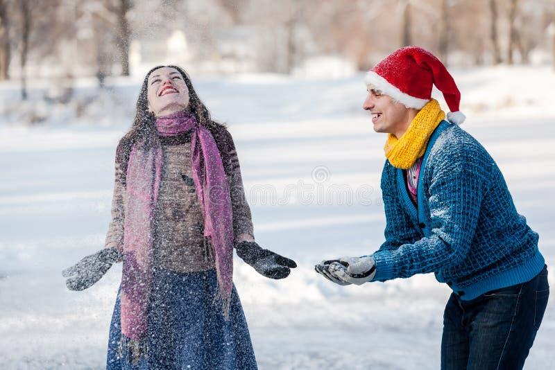 Szczęśliwa para ma zabawę przy zima czasem plenerowym zdjęcie royalty free