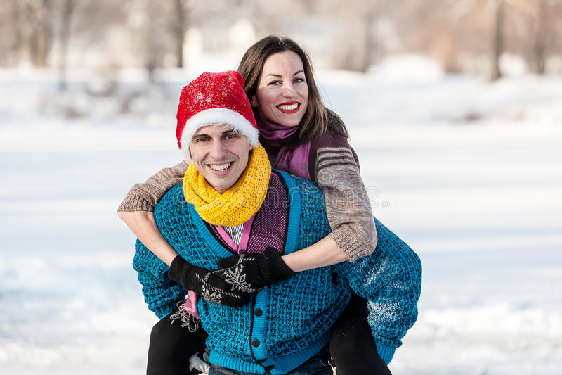Szczęśliwa para ma zabawy jazda na łyżwach na lodowisku outdoors obraz royalty free