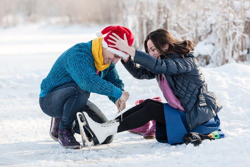 Szczęśliwa para ma zabawy jazda na łyżwach na lodowisku outdoors fotografia royalty free
