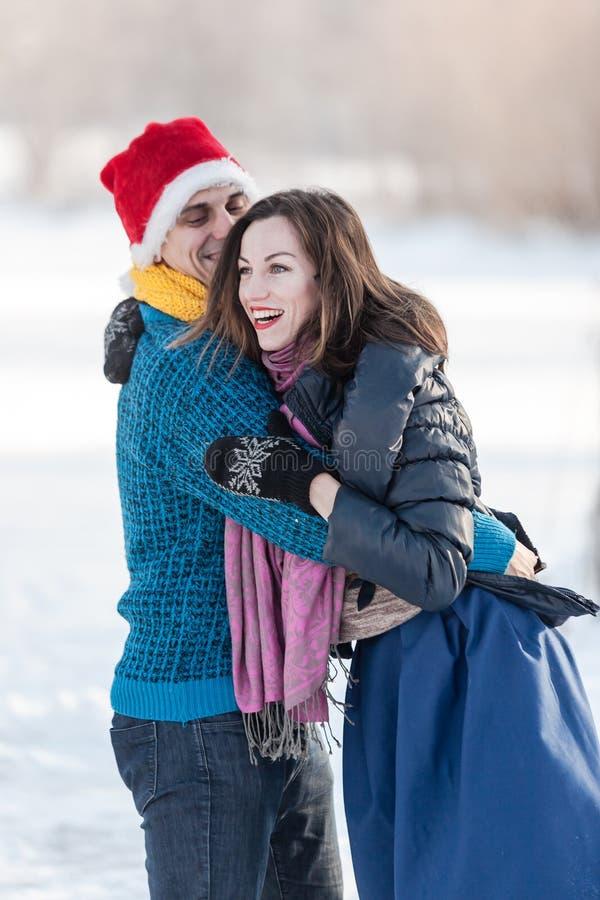 Szczęśliwa para ma zabawy jazda na łyżwach na lodowisku outdoors fotografia stock