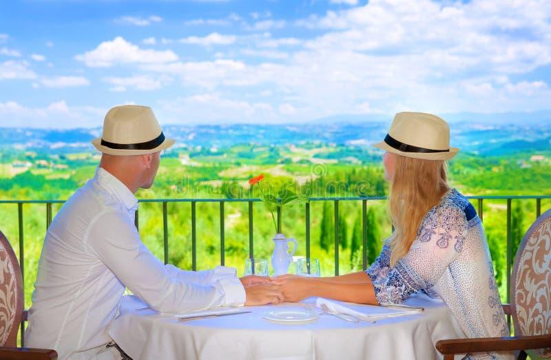 Szczęśliwa para na kurorcie obraz stock