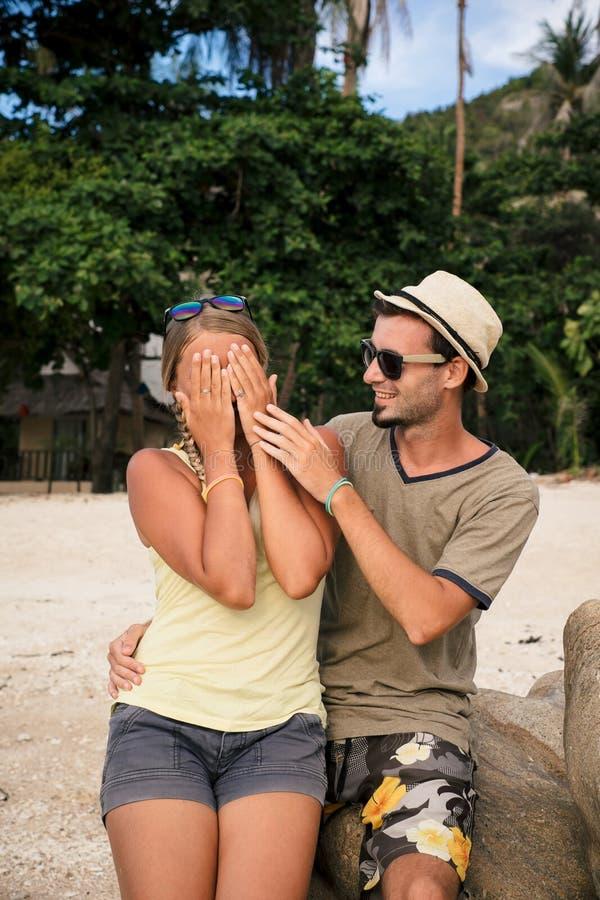 Szczęśliwa para na plaży przy zmierzchem fotografia royalty free