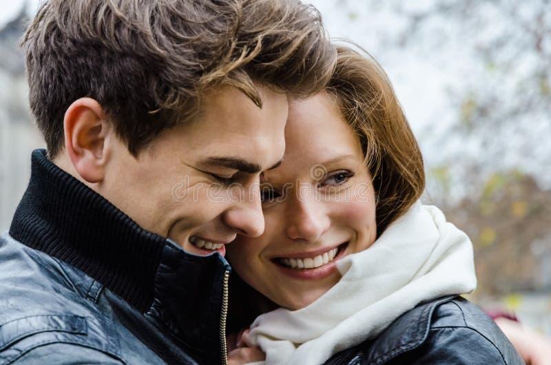 Szczęśliwa para Obejmuje Outdoors obrazy stock