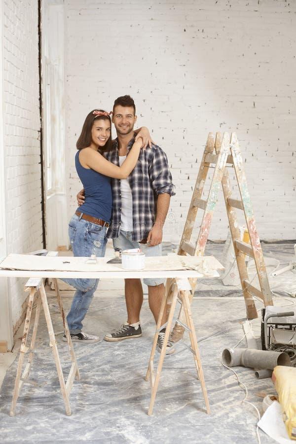 Szczęśliwa para odnawi do domu zdjęcia stock