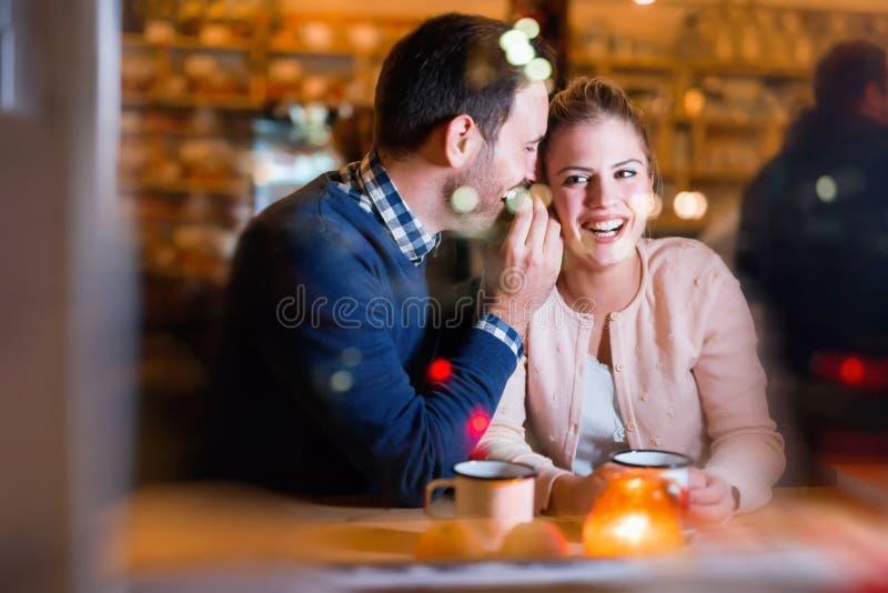 Szczęśliwa para opowiada przy barem i ma datę obraz stock