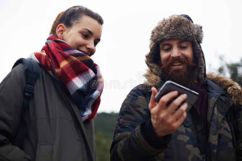 Szczęśliwa para pójść na pinkinie w weekend obrazy royalty free