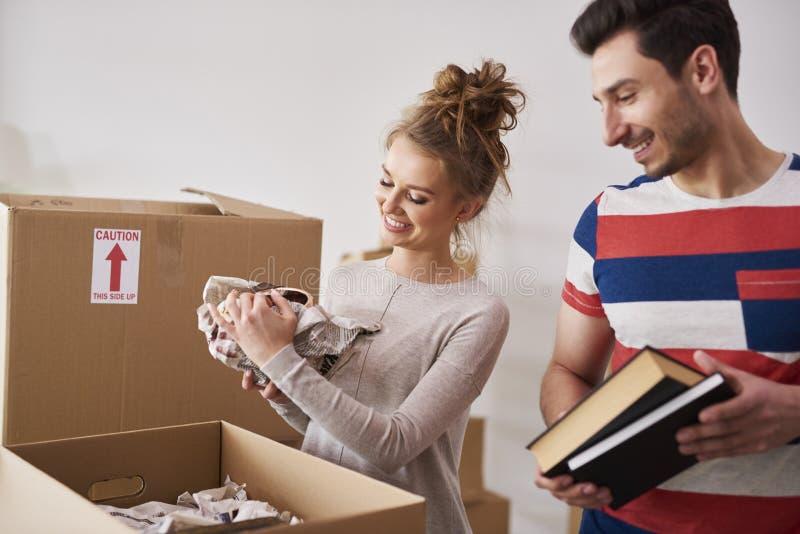 Szczęśliwa para pakuje ich materiał w pudełka zdjęcie stock