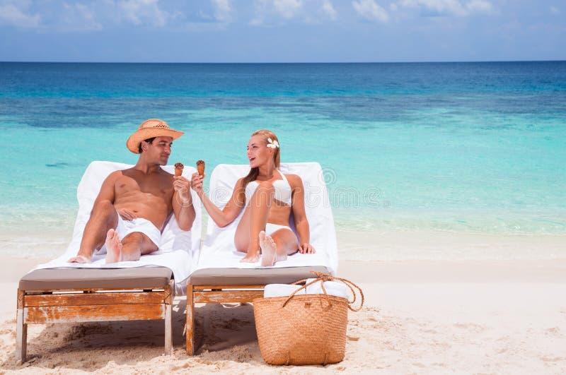 szczęśliwa para plażowa zdjęcia royalty free