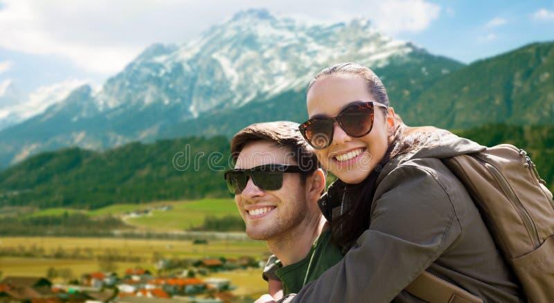 Szczęśliwa para podróżuje w średniogórzach z plecakami zdjęcie royalty free