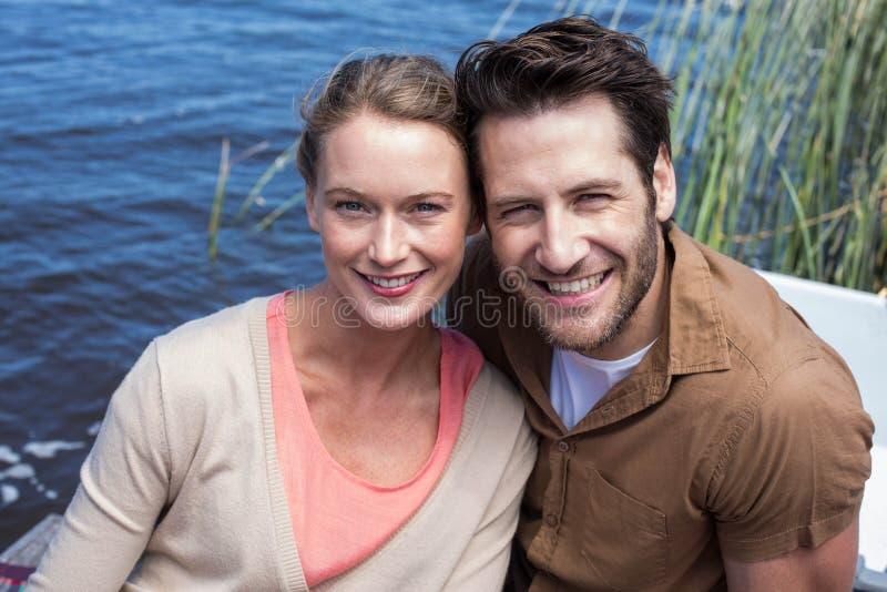 Szczęśliwa para przy jeziorem fotografia royalty free