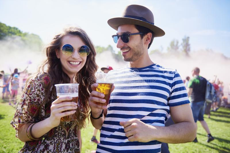 Szczęśliwa para przy lato festiwalem zdjęcie royalty free