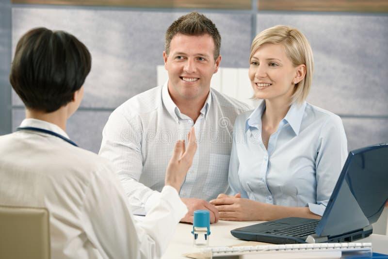 Szczęśliwa para przy medycznym spotkaniem obraz stock