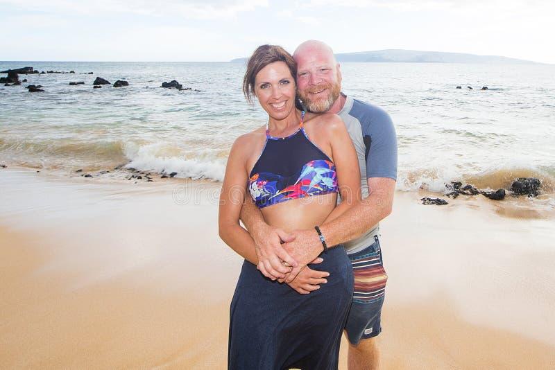 Szczęśliwa para Przy plażą zdjęcie stock
