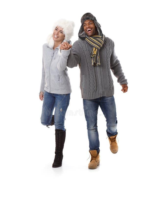 Szczęśliwa para ręka w rękę przy wintertime ono uśmiecha się obrazy royalty free