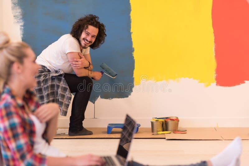 Szczęśliwa para robi domowym odświeżaniom obraz stock