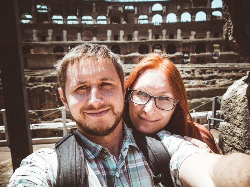 Szczęśliwa para robi selfie na tle Colosseum w Rzym fotografia stock