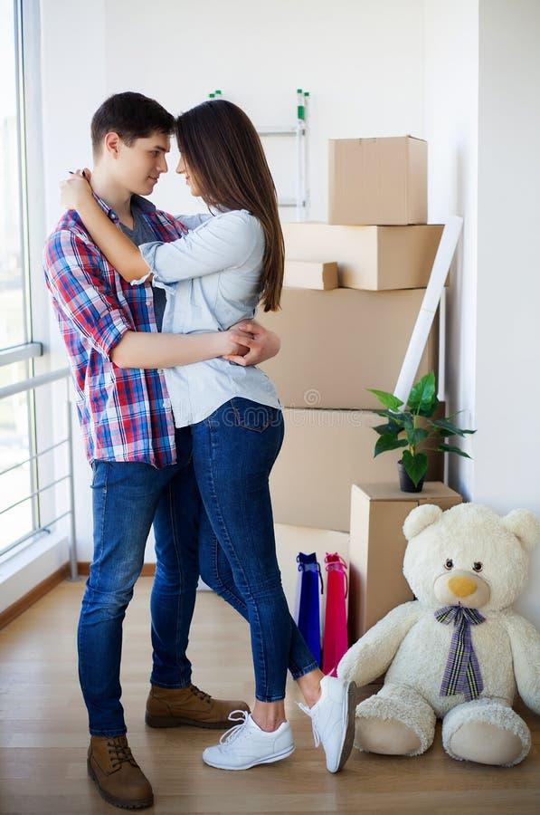 Szczęśliwa para rusza się nowy dom z pudełkami zdjęcia royalty free