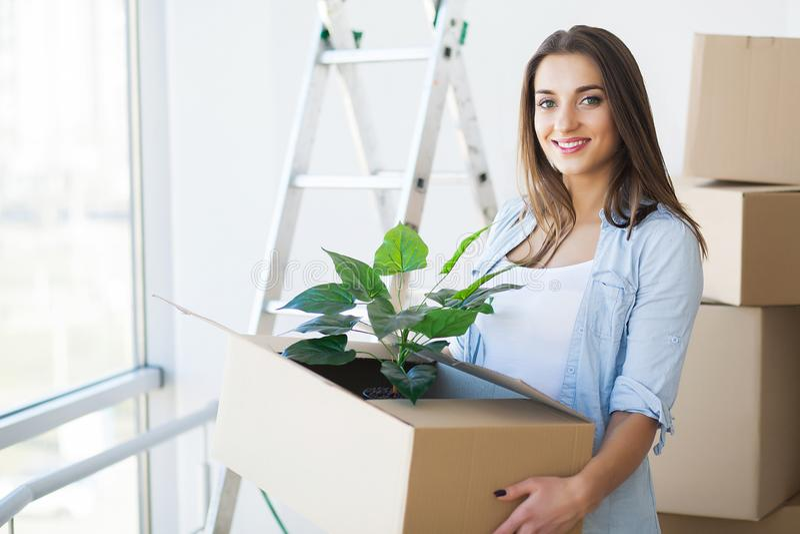 Szczęśliwa para rusza się nowy dom z pudełkami zdjęcie royalty free