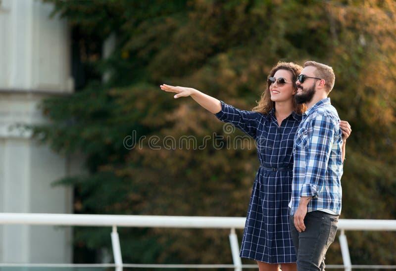 Szczęśliwa para turyści chodzi w mieście, kopii przestrzeń obraz royalty free