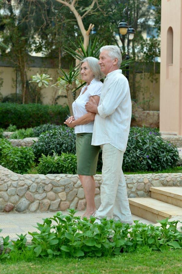 Szczęśliwa para w hotelowym kurorcie zdjęcia royalty free