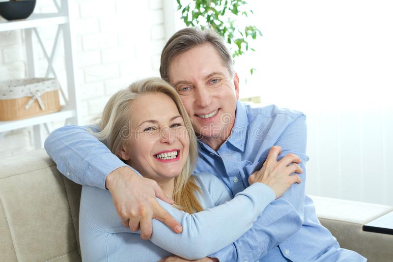Szczęśliwa para w miłości uściśnięciu each inny na łóżku w domu zdjęcia stock
