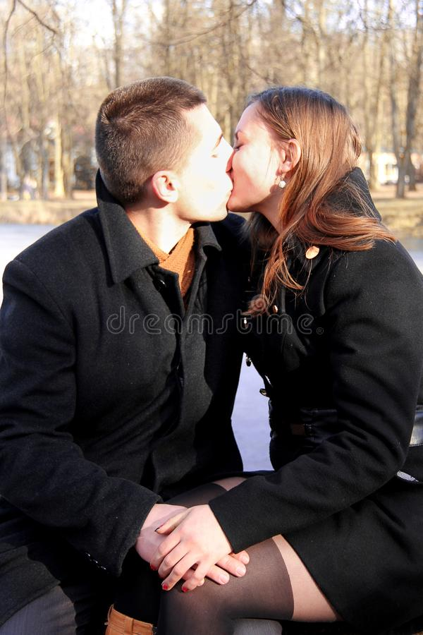Szczęśliwa para w miasto parku na walentynka dniu zdjęcie royalty free