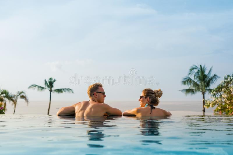 Szczęśliwa para w nieskończoność basenie obraz stock