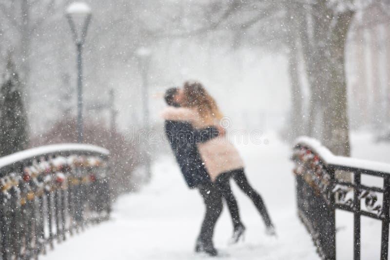 Szczęśliwa para w opadzie śniegu obraz royalty free