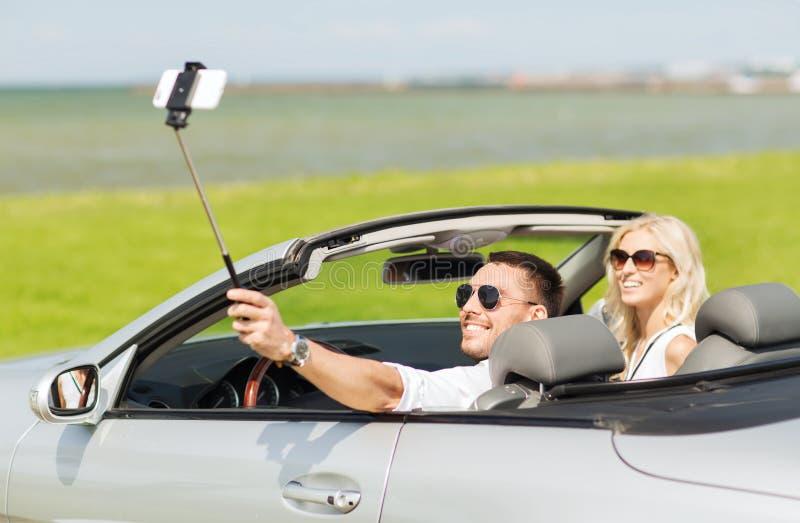 Download Szczęśliwa Para W Samochodzie Bierze Selfie Z Smartphone Obraz Stock - Obraz złożonej z ludzie, droga: 57655543