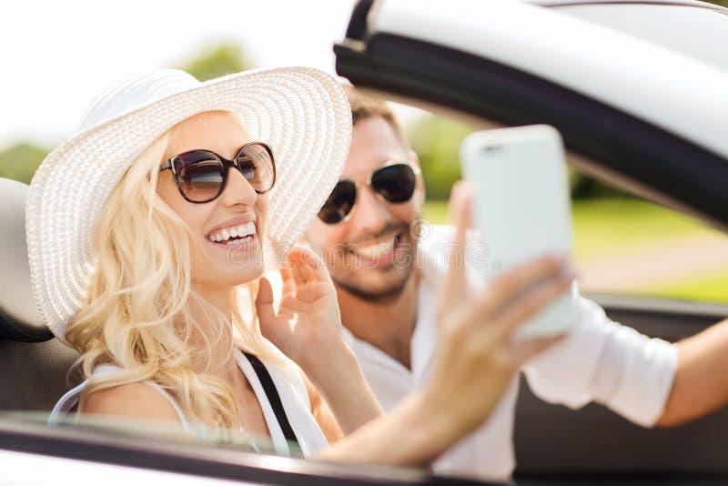 Download Szczęśliwa Para W Samochodzie Bierze Selfie Z Smartphone Zdjęcie Stock - Obraz złożonej z chłopak, przejażdżka: 57655958