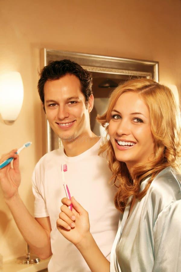szczęśliwa para w wannie zdjęcia royalty free