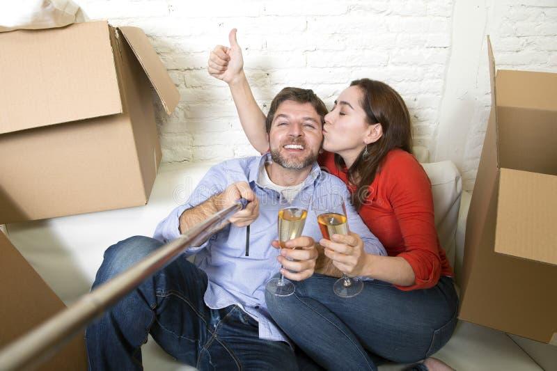 Szczęśliwa para wpólnie świętuje szampana na leżance ma zabawę obraz stock