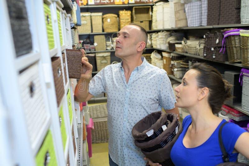 Szczęśliwa para wybiera houseware przedmioty zdjęcie royalty free