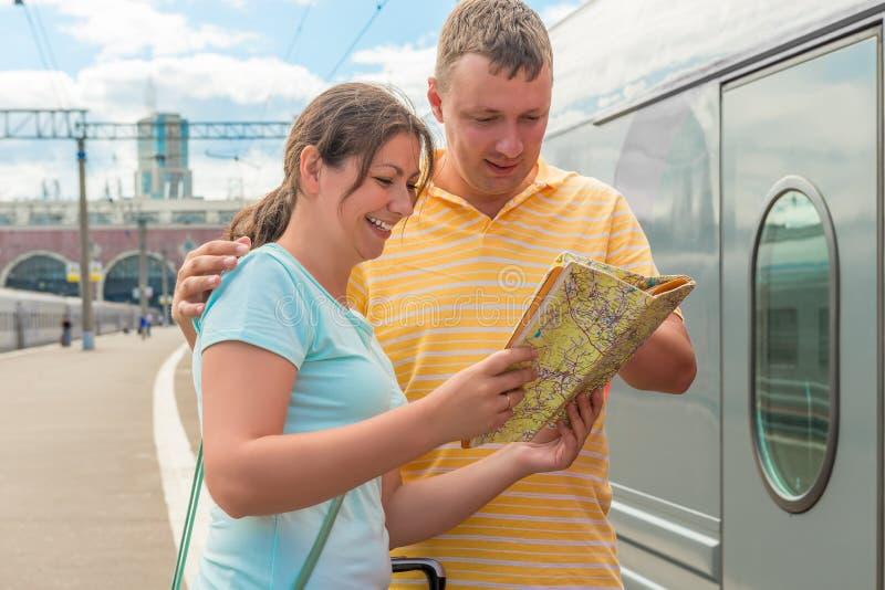 Szczęśliwa para wybiera kierunek mapę dla podróży zdjęcia royalty free