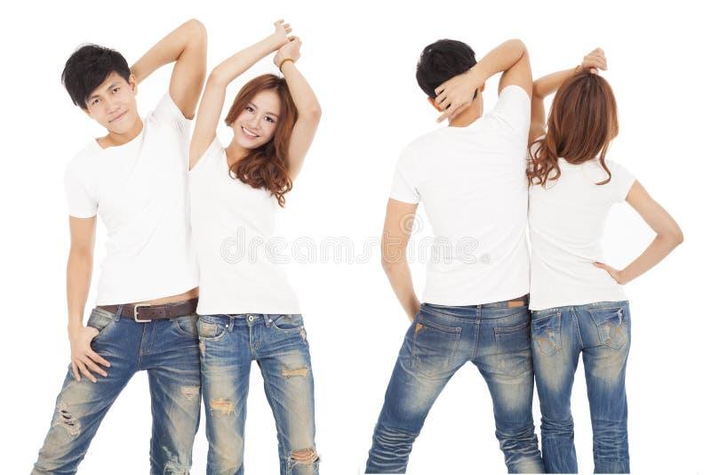 Szczęśliwa para z białą t koszula