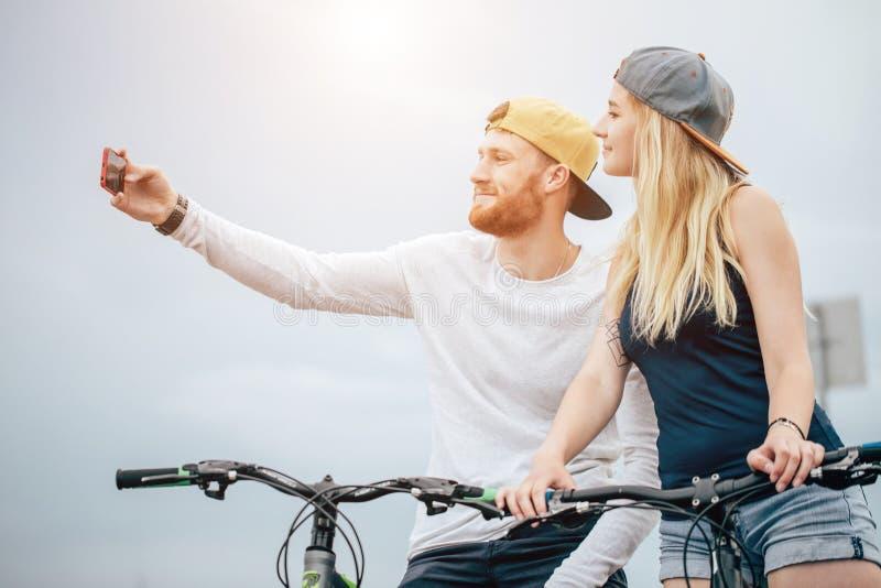Szczęśliwa para z bicyklem bierze selfie outdoors obraz royalty free