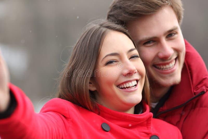 Szczęśliwa para z doskonalić uśmiechem bierze selfies zdjęcie stock