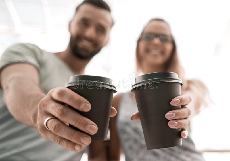 Szczęśliwa para z filiżankami gorąca kawa obraz royalty free